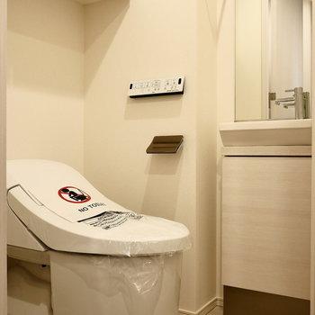 脱衣所にトイレ。※写真は5階同間取り別部屋のものです