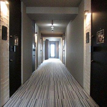 ホテルのような共用廊下。