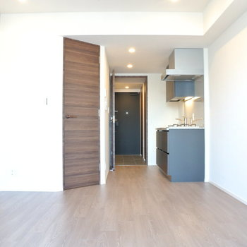 キッチンと…左の扉、気になる