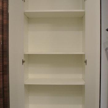 廊下の収納には、日用品のストックと、趣味のコレクションを並べても良いかも
