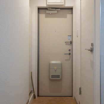 玄関は斜めにカクッと。※写真は2階の同間取り別部屋のものです