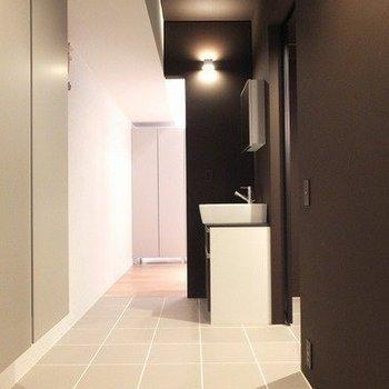 洗面所は廊下に!※写真は2階同間取り別部屋のものです