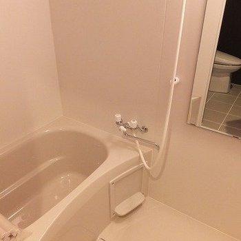 お風呂は普通です。浴室乾燥機付き。※写真は2階同間取り別部屋のものです