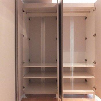 洋服の収納力もばっちりです!※写真は2階同間取り別部屋のものです