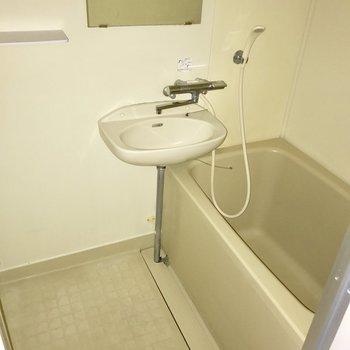 シンプルなバスルーム。2点ユニットだからお掃除が楽ちん♬(※フラッシュを焚いて撮影しています)