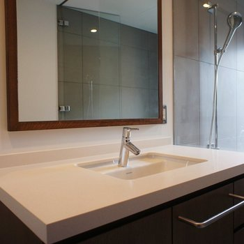 大きな洗面台には大きな鏡を。