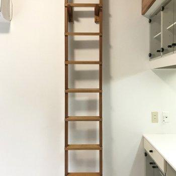 ロフトのはしごは、壁にかけておくことも◎