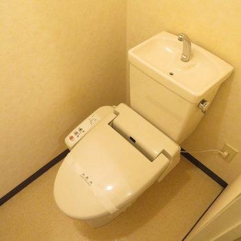 温水洗浄便座付きです(※写真は3階の同間取り別部屋のものです)