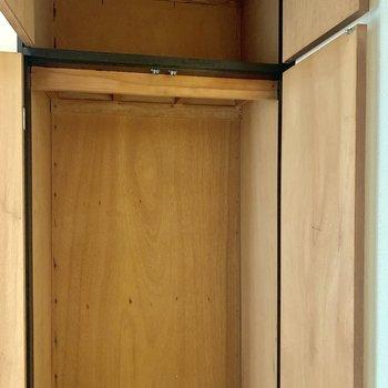 廊下の途中にも収納スペースが