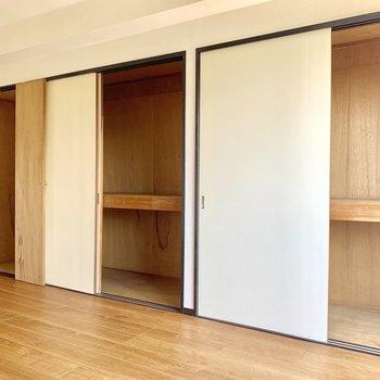 【洋室】壁いっぱいの収納スペース