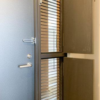 玄関横の扉は換気用に開けれます。地味に嬉しい構造ですね。
