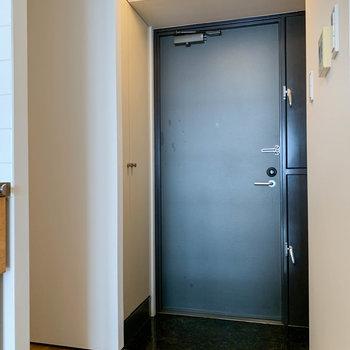 キッチン右に冷蔵庫置き場。そして玄関。