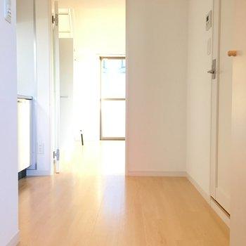 玄関から。キッチンのスペースが広くていいですね。※写真は6階の反転間取り別部屋のものです