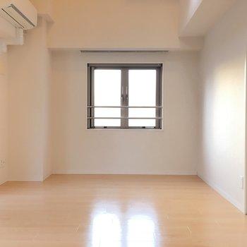綺麗で明るいお部屋。正義です!※写真は6階の反転間取り別部屋のものです