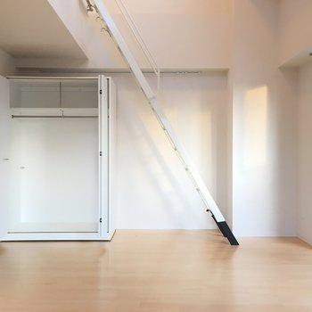 あっちに可動式収納あります※写真は6階の反転間取り別部屋のものです。