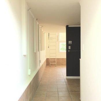 玄関から。段差はなく、土足生活?※写真は1階の同間取り別部屋のものです