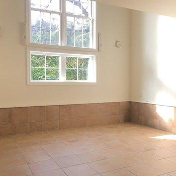洋風な窓とフローリング※写真は1階の同間取り別部屋のものです