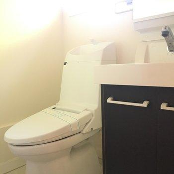 トイレは最新型!綺麗ですね※写真は1階の同間取り別部屋のものです。