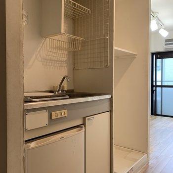 冷蔵庫は小さめ!