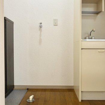 玄関前には洗濯機置場が