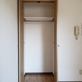 長い丈の洋服がゆったり掛けられますね※写真は2階の反転間取り別部屋のものです