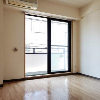 ライトベージュのフローリングがかわい〜※写真は2階の反転間取り別部屋のものです
