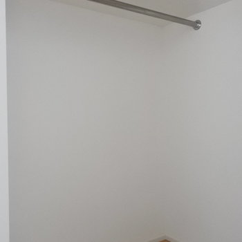 入り口横には大きなウォークインロクローゼットも。(※写真は5階の同間取り別部屋のものです)