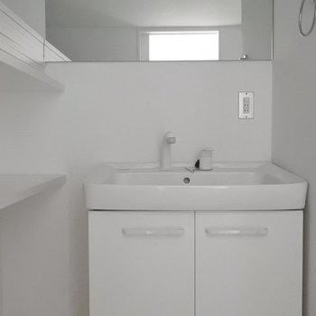 洗面の鏡が大きくてかっこいい!(※写真は5階の同間取り別部屋のものです)