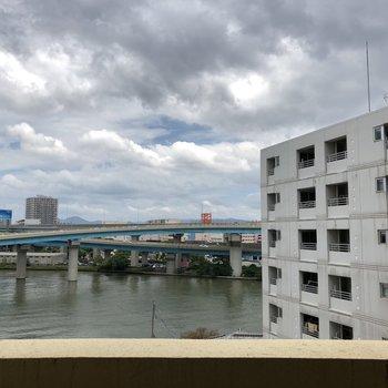 都市高速と海が見えます。(※写真は7階の別部屋からの眺望です)