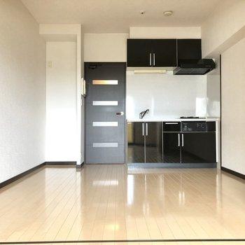 左奥の凹みに冷蔵庫をすぽっと置けます。(※写真は7階の同間取り別部屋のものです)