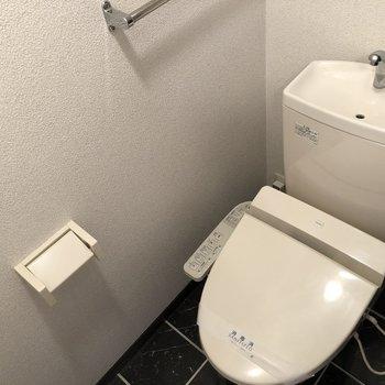 トイレはウォシュレットつきです。(※写真は7階の同間取り別部屋のものです)
