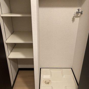 洗濯機置場はドアで隠せるのがポイント!収納棚もついてるのがありがたい。(※写真は7階の同間取り別部屋のものです)