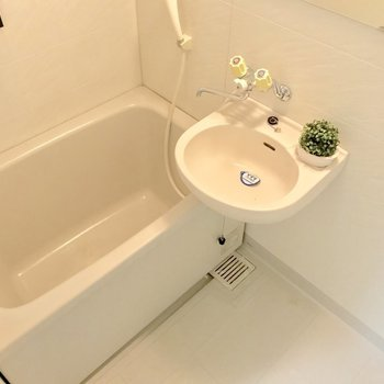 2点ユニットだけど、浴槽はゆったりめ。※写真は3階の同間取り別部屋、モデルルームのものです。