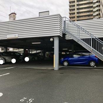 敷地内に自走式の立体駐車場。