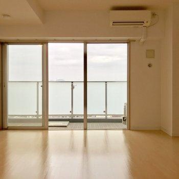 北東向きだけど窓の範囲が広いから充分明るい◎※写真は11階の同間取り別部屋のものです