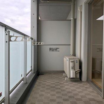 ベランダ広々!洗濯物を干すだけだともったいない!※写真は11階の同間取り別部屋のものです