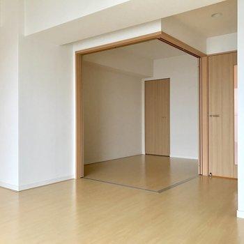 引き戸を全開にするとかなり広々空間!※写真は11階の同間取り別部屋のものです