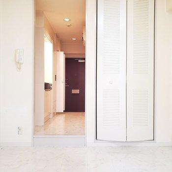 えんじ色の扉を開けて。