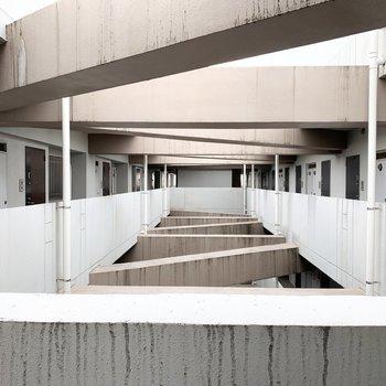 雨の汚れが気になりますが、共用部の構造がかっこいいな〜。