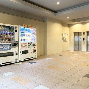エントランススペースはとっても広々。エレベーターは2基ありますし、自販機まで置かれています。