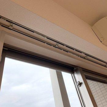 掃き出し窓にはカーテンボックスが付いているのも嬉しいポイント。(※写真は11階の反転間取り別部屋のものです)