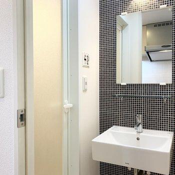 素敵な洗面スペースがこちら。やっぱりタイルってイイな〜!(※写真は11階の反転間取り別部屋のものです)