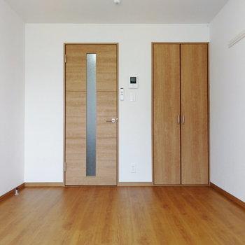 ブラウンが柔らかな印象です。※写真は1階の同間取り別部屋のものです