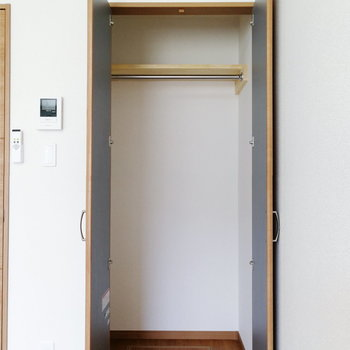 収納はちょうど一人分ですね。※写真は同階の反転間取り別部屋のものです