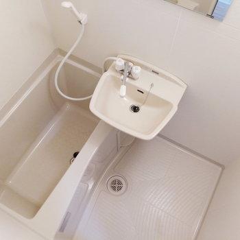 お風呂はユニットバスになりますが※写真は同階の反転間取り別部屋のものです