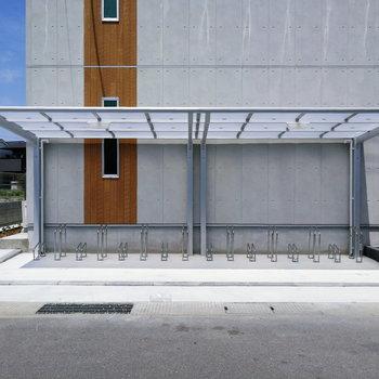 自転車は建物前に置けます!出来たてってかっこいいな。