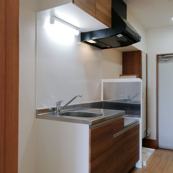 キッチンはブラウンで。※写真は1階の同間取り別部屋のものです