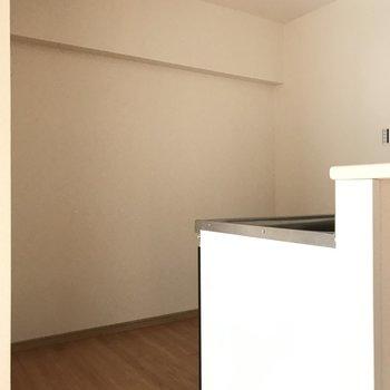 うしろには冷蔵庫や食器棚も置けそうです