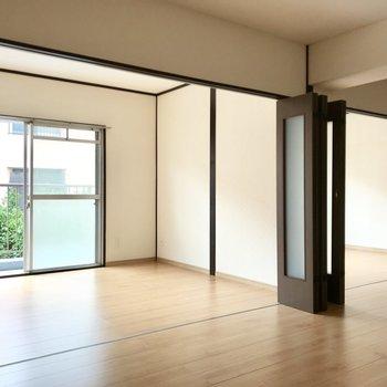 リビングと洋室は折戸を開けると開放的に