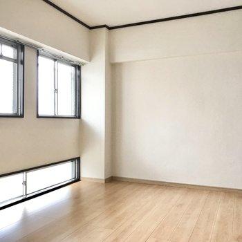 最後は玄関側の洋室!窓の外は共用廊下です
